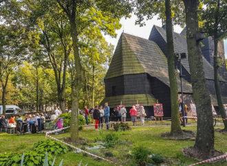 Parafialny festyn przy zabytkowym kościele