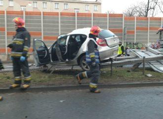 Wypadek na Katowickiej. Auto wpadło na barierki
