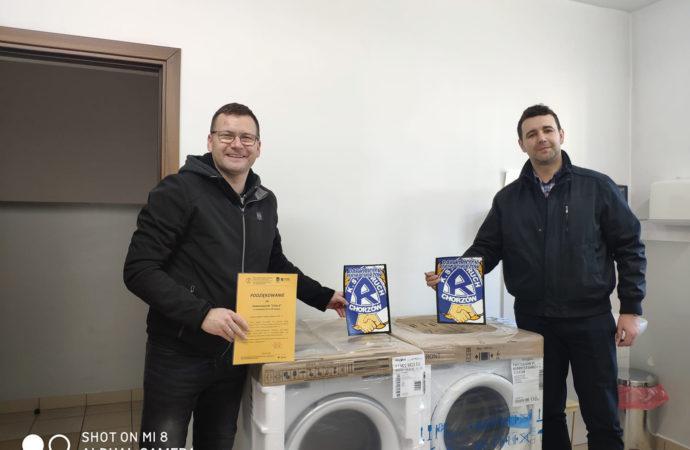 Sympatycy Niebieskich zakupili sprzęt AGD dla ratowników medycznych