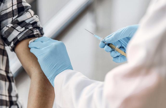 Śladowe ilości szczepionek w poradniach. Hurtownie świecą pustkami
