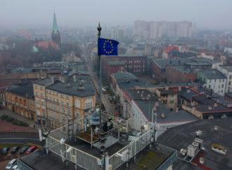 Flaga unijna na głównym maszcie ratusza w geście protestu