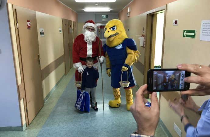 Mikołaj i Adler rozdali prezenty pacjentom szpitala