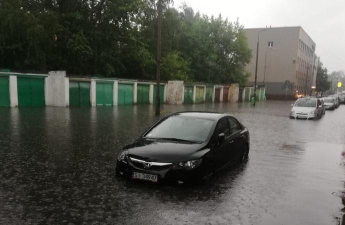 Burza, silne opady i zalane ulice. Wodociągi będą pracować całą noc