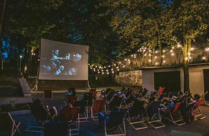 Kino na leżakach w Centrum Integracji Międzypokoleniowej