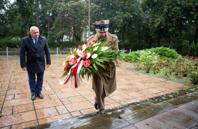 Kwiaty pod pomnikiem z okazji rocznicy wybuchu wojny