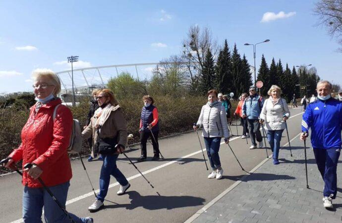 Seniorzy ponownie spotkali się na spacerze z kijkami