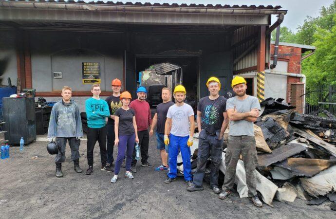 Pomagają odbudować warsztat zniszczony w pożarze