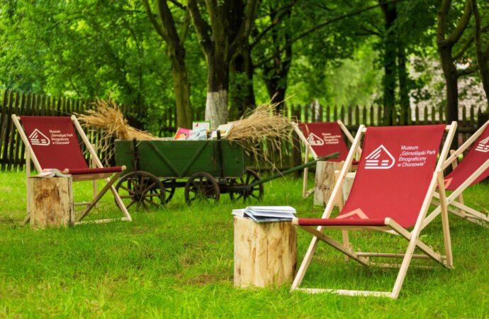 Lato z książką i wiejskim klimatem. W skansenie powstała czytelnia pod strzechą