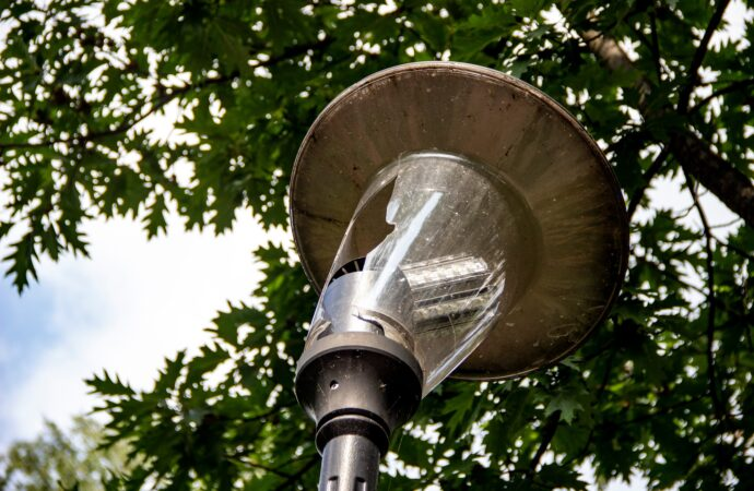 Wandale niszczą nie tylko centrum. Zdewastowano latarnie w Parku Śląskim