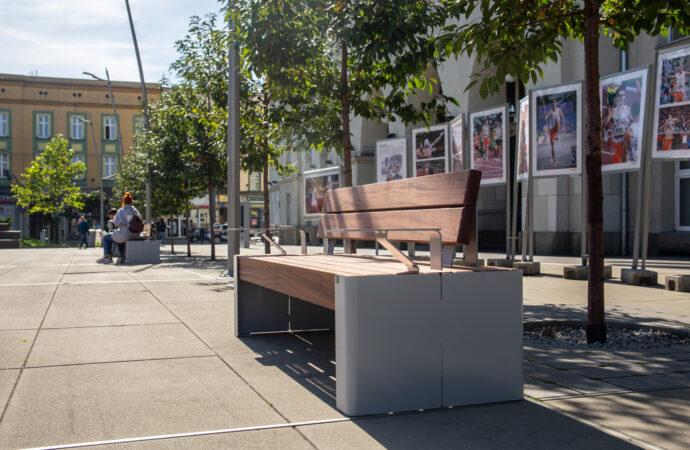Więcej miejsc do siedzenia. Na Rynku zamontowano nowe ławki